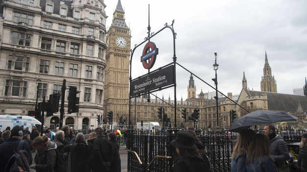 В Сети появились фотографии взорвавшегося пластикового ведра в лондонском метро