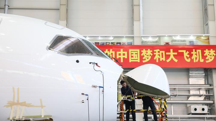 Гигантский самолет-амфибия совершил тестовый полет в Китае - видео