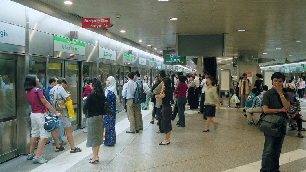 Неменее 25 человек пострадали при столкновении поездов вметро Сингапура