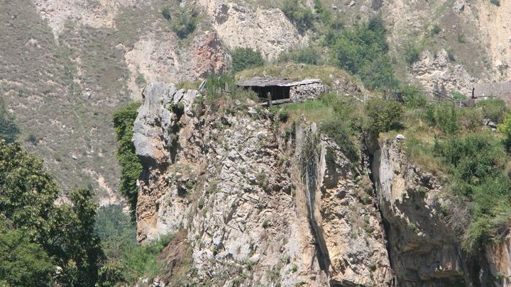 Спасатели работают на самом сложном участке дороги, уничтоженной селем в Кабардино-Балкарии