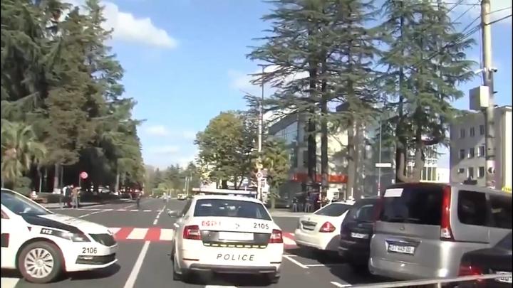 Захватчик банка в Грузии добился своего и уехал. В полиции отмалчиваются о спецоперации