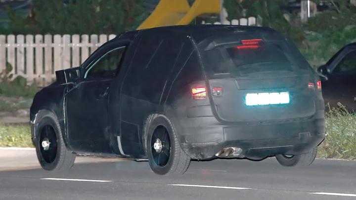 Напугавшая новосибирцев чёрная машина без номеров по-прежнему стоит у Гусинобродского кладбища