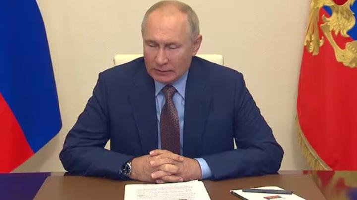 Родители школьников Новосибирской области получат 10 тысяч от Путина раньше срока