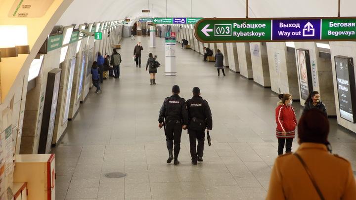 «Включает музыку и крутит пятой точкой» В Петербурге жестко задерживали «человека-паука» в метро