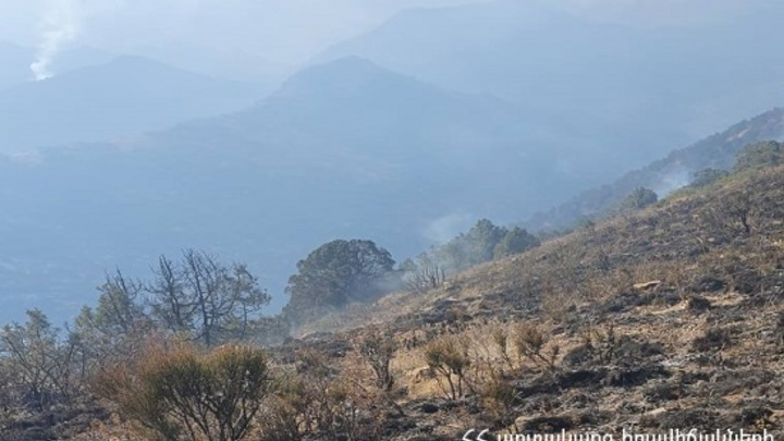 Полторы сотни специалистов тушат пожар в национальном парке Армении