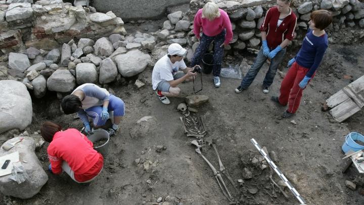 В Крыму изучают древнюю могилу инопланетянина с деформированным черепом