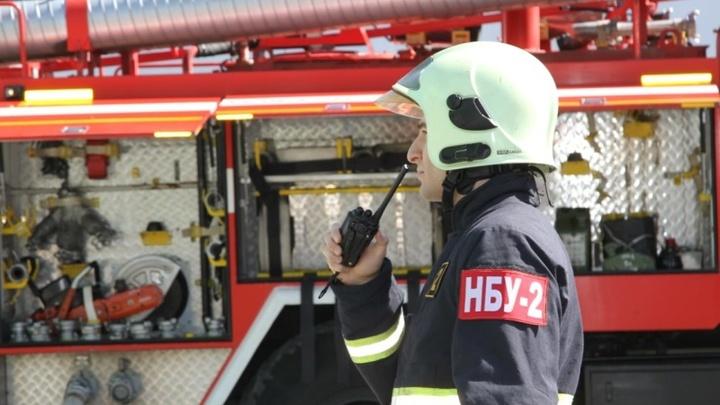 В Новосибирске пожарные спасли двух человек из горящей многоэтажки