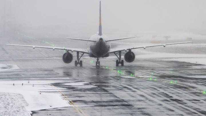 СК РФ: Лед на полосе и потеря управления могли стать причиной столкновения самолета с мачтой освещения в Домодедове