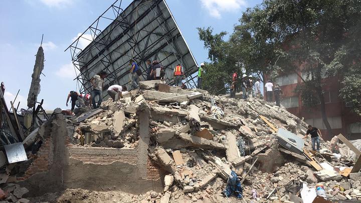 Дома рушатся на глазах: очевидцы выкладывают видео землетрясения в Мехико