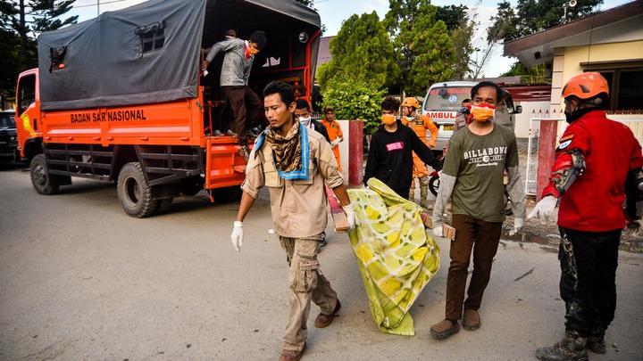 Число жертв цунами в Индонезии перевалило за 800 человек - видео