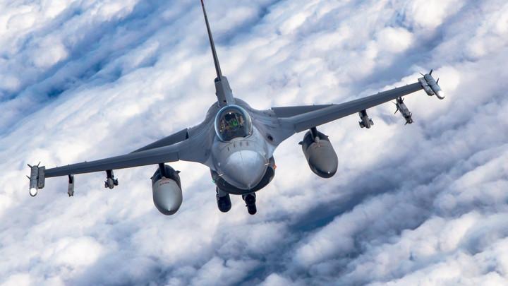 Не хватило приключений с Шойгу? Истребители F-16 снова повстречались с российскими самолётами