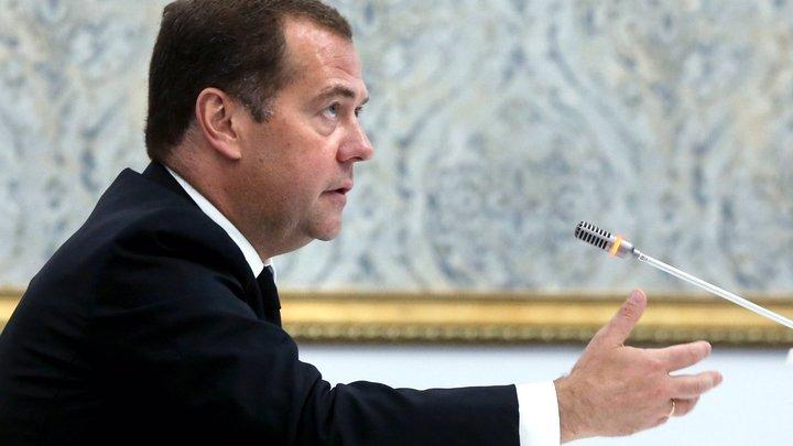 Дети учатся 6 дней, а родители будут работать 4 дня? Политолог задал серию неудобных вопросов Медведеву