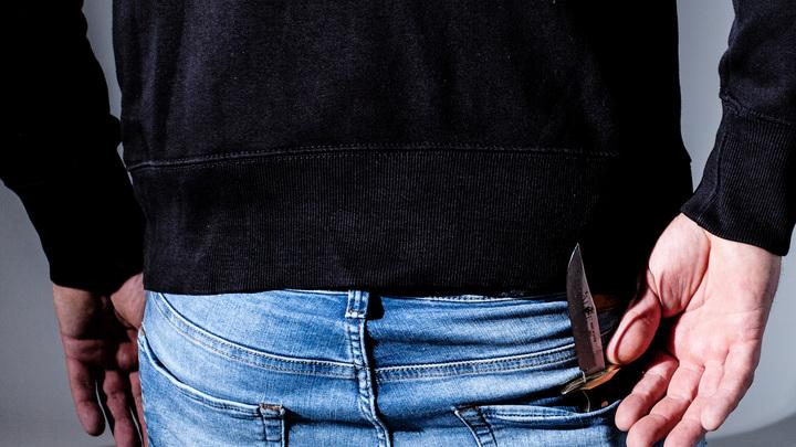 Мужчины с ножом и пистолетом ограбили АЗС в Новосибирске