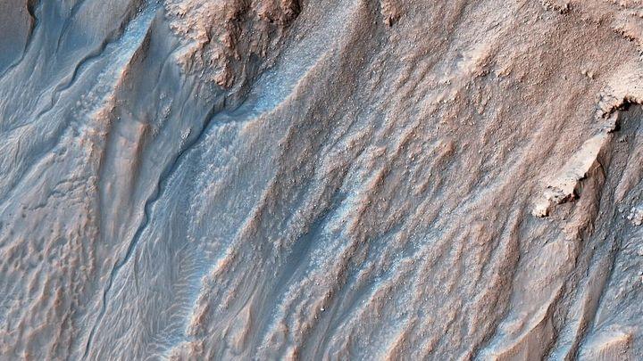 Песок на Марсе формируют бархатные ходячие дюны в виде полумесяца – NASA