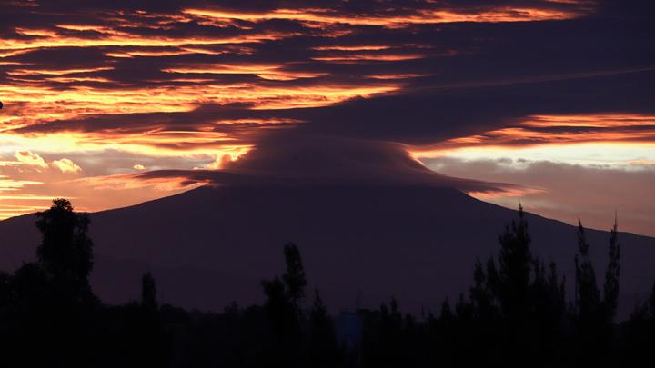 Блики света или НЛО? Скептики против уфологов, заметивших инопланетян над вулканом в Мексике
