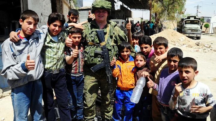 Военная полиция России охраняет работы по восстановлению сирийского города Тель-Биса