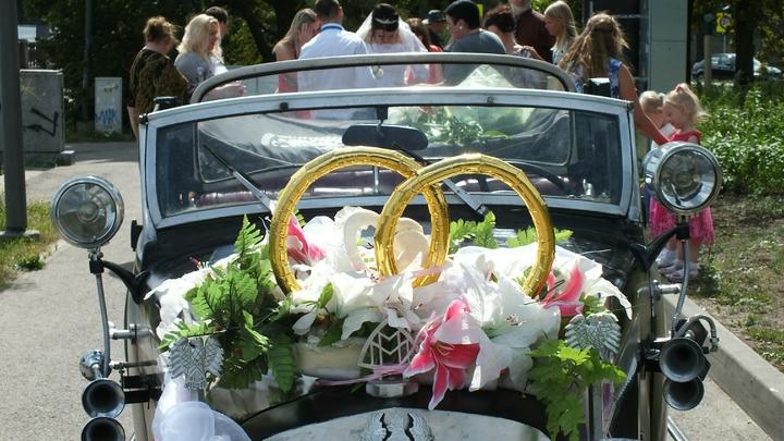 Американец планирует свадьбу с бойфрендом, которого сам склеил из картона