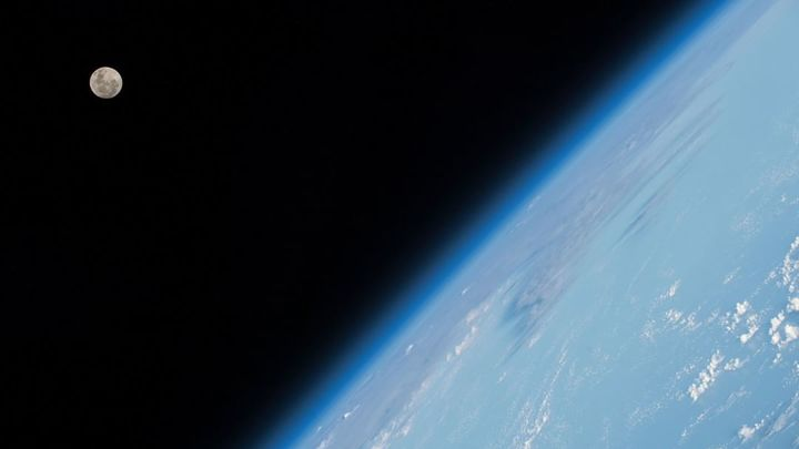 Человеческий фактор, космический мусор или радиация: Эксперт объяснил, как мог выйти из строя российский спутник Вернов