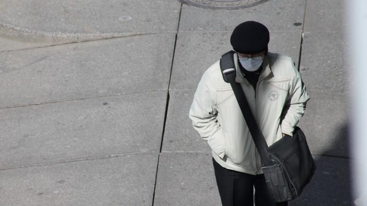 Маски и перчатки в России обеззаразят ионным излучением? В Совфеде готовят новый закон
