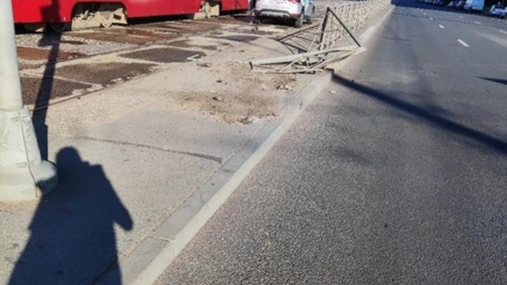 Блондинка на каршеринге: в Петербурге вылетевший на пути автомобиль приостановил движение трамваев