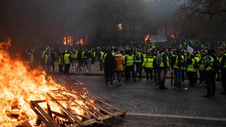 В Париже во время демонстраций пострадали 110 человек, Макрон грозит зачинщикам судом