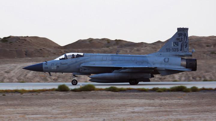 В Сети появились кадры пакистанского эскорта из JF-17 для лайнера саудовского принца Мухаммеда