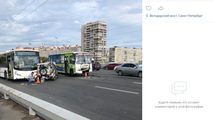 «Занесло на мокром асфальте»: массовое ДТП парализовало движение на Володарском мосту