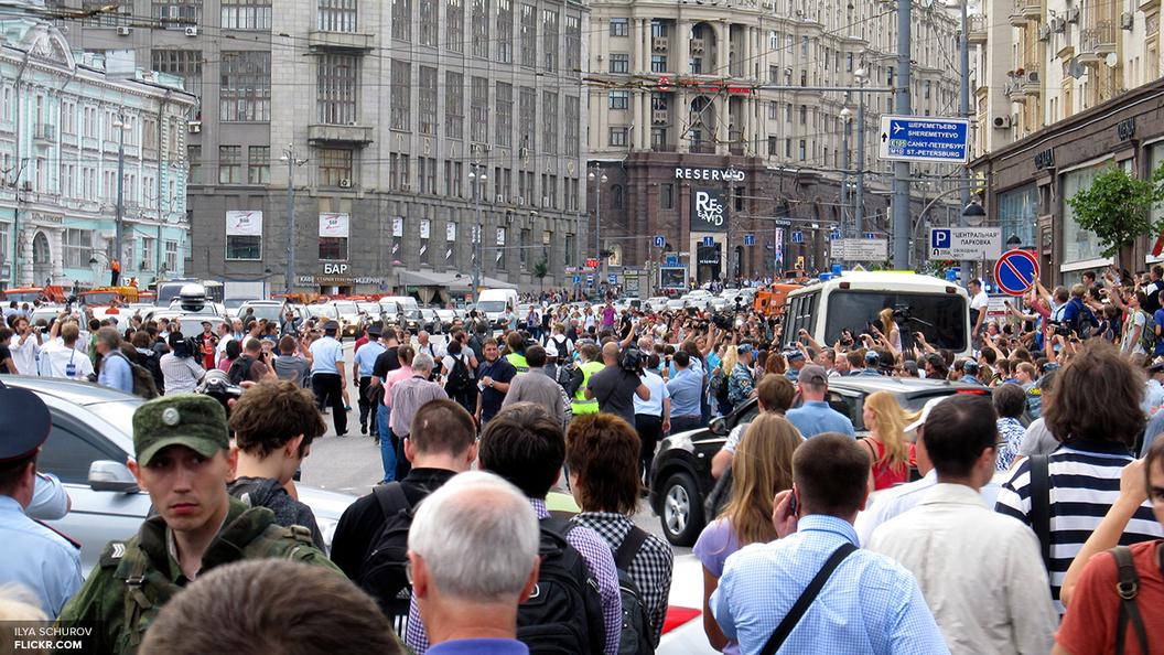 Полиция Петербурга задержала нескольких участников незаконной акции, мешавших горожанам