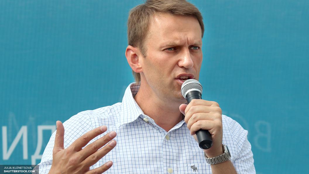 СМИ: Навальный с женой сбежал из России