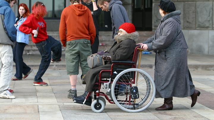 В Академгородке инвалидам-колясочникам приходится объезжать пандусы по проезжей части