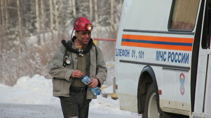 Из задымленной шахты в Кузбассе экстренно выводят горняков
