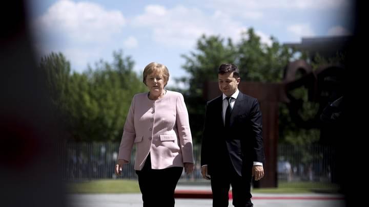 Зеленский оправдался за бездействие, когда на его глазах Меркель стало плохо