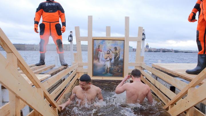 Главное — прийти в Крещение в храм: иерей из Петербурга объяснил, кому стоит окунаться, а кому — нет