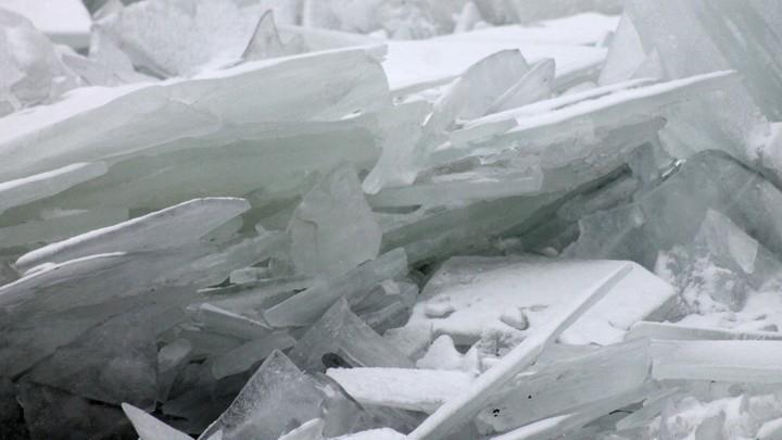 Ледяная глыба убила человека во время экскурсии к водопаду