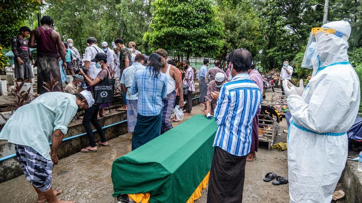 Страну - разносчика COVID накрыла стихия: Люди в скафандрах вывозят на лодках тела