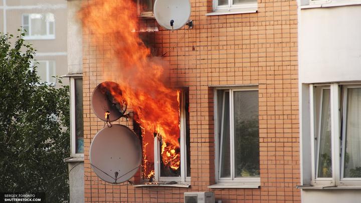 Перед пожаром в жилом доме в Петербурге прогремел взрыв