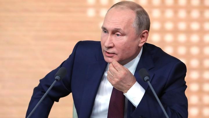 Загадочный чемоданчик: Появились первые фото из зала пресс-конференции Путина