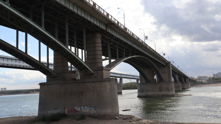 Новосибирцы второй день подряд стоят в огромной пробке на Октябрьском мосту