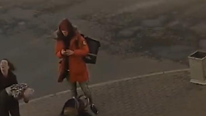 Врачи рассказали о состоянии двухлетнего малыша, на которого упал кусок лепнины с дома в Петербурге