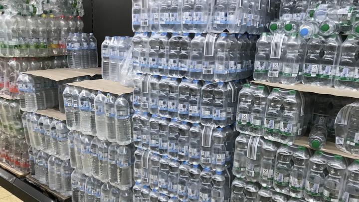 В России скакнут цены на импортную воду? Минпромторг ответил на запугивание покупателей