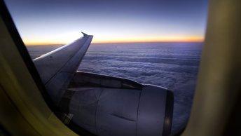 Пассажирский самолет при посадке проехал носом по взлетной полосе в Варшаве - фото