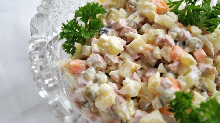 Диетологи советуют забыть про один из основных ингредиентов салата оливье