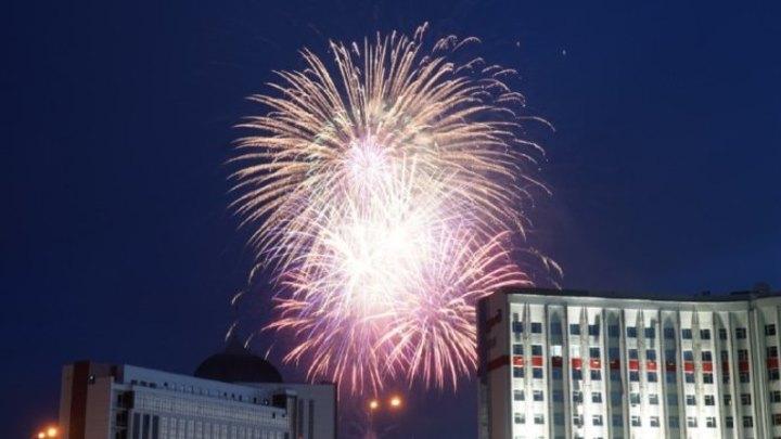 В Кемерове прогремел праздничный салют по случаю Дня города и Дня России