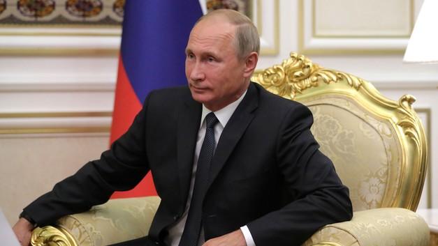 В сети обсуждают удивительный наряд посла Мьянмы на церемонии с Путиным