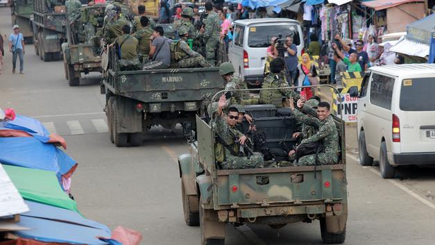 Дутерте получил армейские грузовики из России и партию оружия с боеприпасами