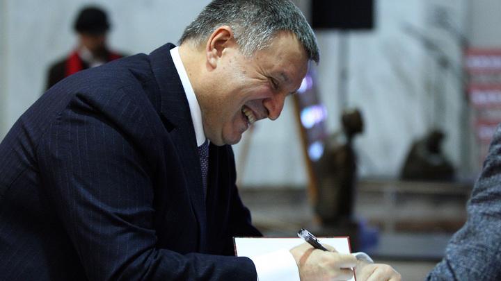 Глава МВД Украины отказался давать показания против Януковича на украинском языке - видео