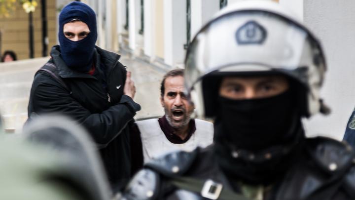 Безумец с помповым ружьем напал во время турецкой свадьбы на школьников