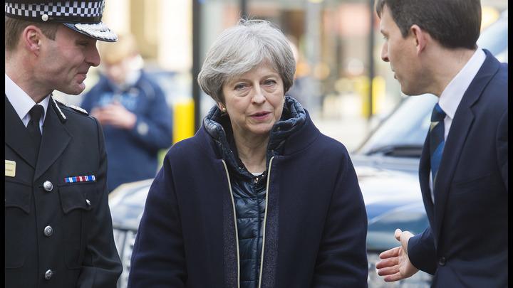 Тереза Мэй шипит, пока Холмс расследует дело Скрипаля: Русские сочинили анекдоты для Лондона