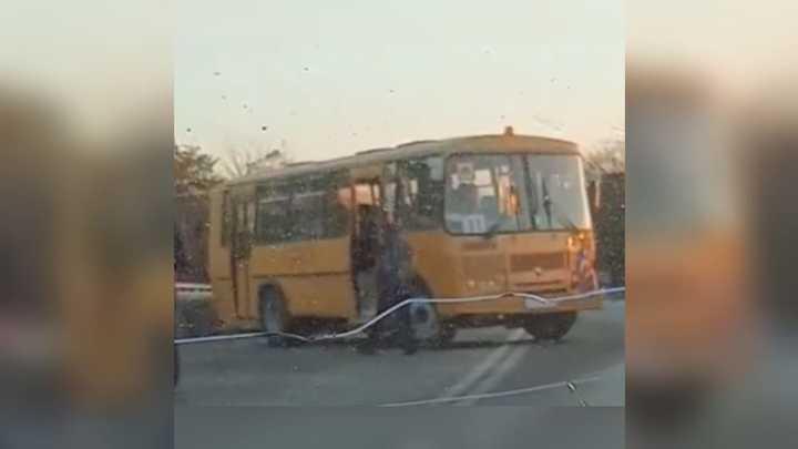 В Краснодаре легковушка врезалась в два школьных автобуса