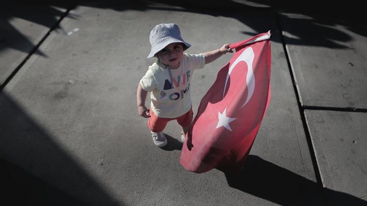 Самую красивую турчанку лишили титула из-за комментариев попытки переворота